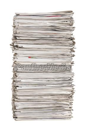 pila di giornali su uno sfondo