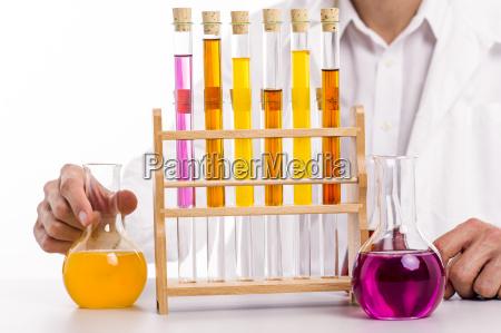 chimici in laboratorio