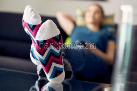 donna con i piedi sul tavolo