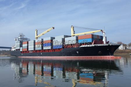 nave portacontainer caricata sul canale di