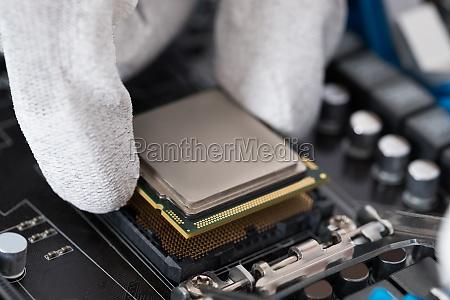 persona che installa il processor centrale
