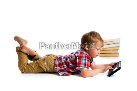 piccolo ragazzo con tablet computer e