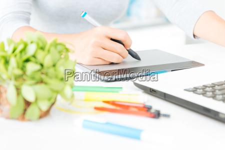 da vicino designer utilizzando graphic tablet