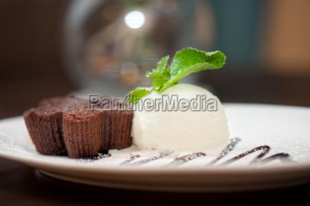 torta al cioccolato con gelato