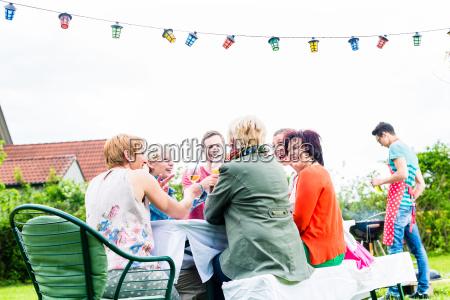 uomini e donne celebrano al garden
