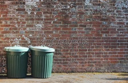 muro scorie pattumiera spazzatura rifiuti lattina
