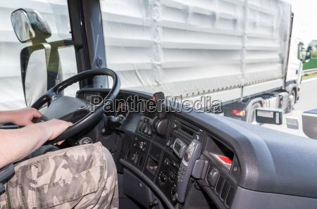 sovrassunzione di autocarri sulla strada
