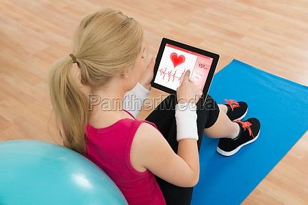 donna che guarda al battito cardiaco
