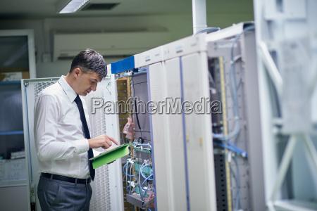 ingegnere di rete che lavora in