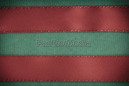nastro rosso su sfondo tessuto verde