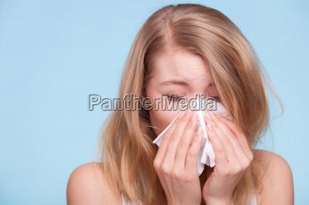 allergie influenza ragazza malata starnuti in