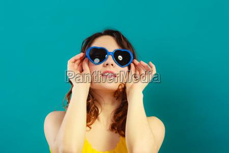 ragazza in blu occhiali da sole