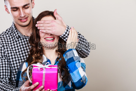 felice coppia romantica con il regalo