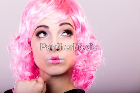 donna con parrucca rosa volto creativo