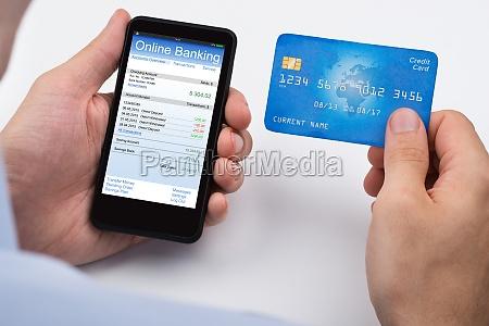 persona con la carta di credito