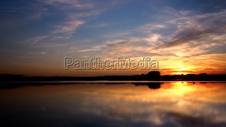 un bellissimo tramonto dallacqua