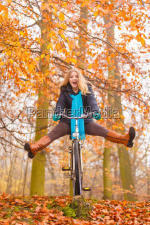 donna attiva divertirsi in bicicletta nel