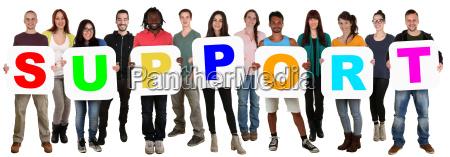 gruppo giovani multiculturali mantenere il supporto