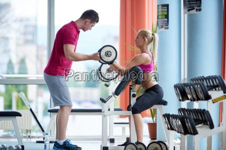 giovane donna sportiva con esercizio di