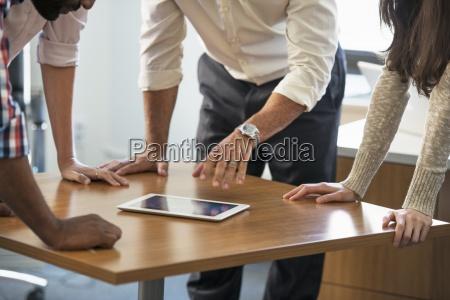 quattro persone appoggiata su un tavolo