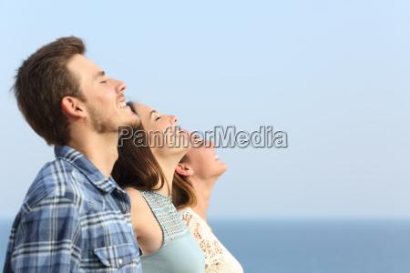gruppo di amici respirare aria fresca