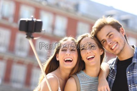 gruppo di amici turistici prendere selfie
