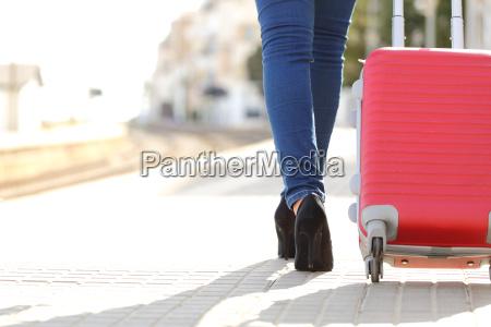 gambe viaggiatori a piedi con i
