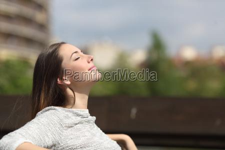 donna urbana respirare aria fresca profondo