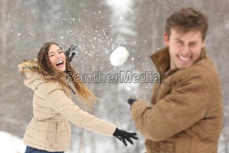 coppie che giocano con la neve