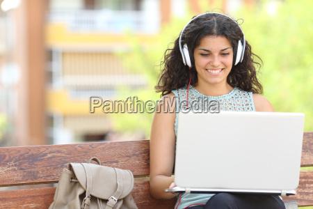 freelancer che lavora con un computer