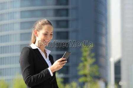 lavoro esecutivo con un telefono cellulare