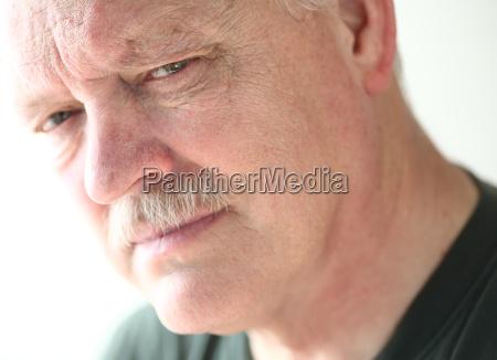 uomo maturo con sguardo serio