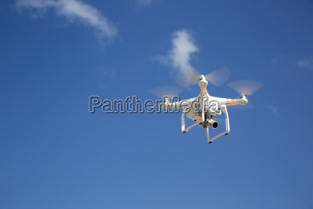 drone vola contro il cielo blu