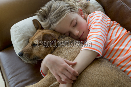 giovane ragazza e il suo cane