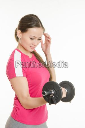 atleta oscilla il suo braccio destro