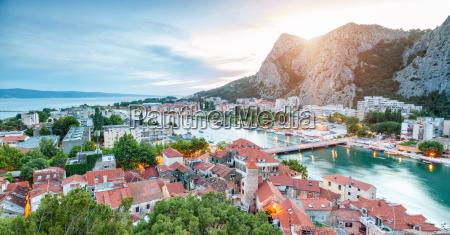 citta costiera vecchia omis in croazia