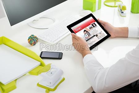 un imprenditore con tablet digitale che