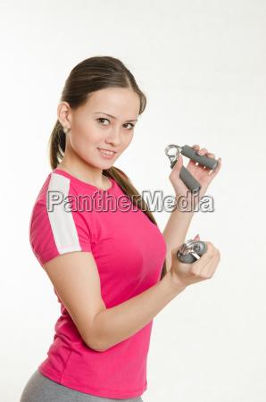 sportiva con due espansori nelle mani