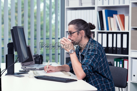 man, is, working, in, his, office - 14947121