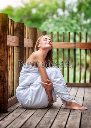 donna estate sexy terrazza allaperto croccante