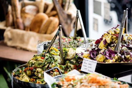 insalate fresche assortite esposte su buffet
