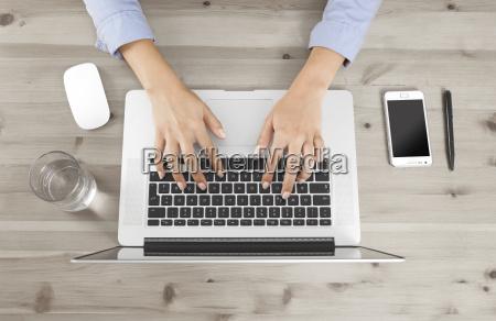 ufficio portatile computer mano tastiera dito