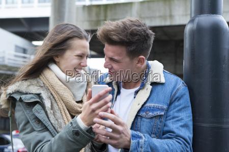 coppia in cerca di uno smartphone