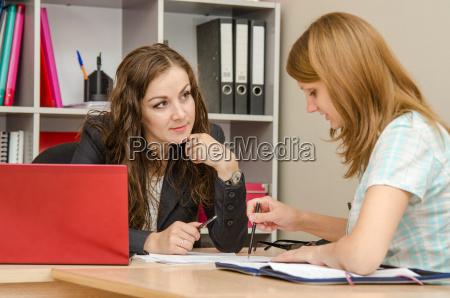 donna conversazione giornale tageblatt portatile computer