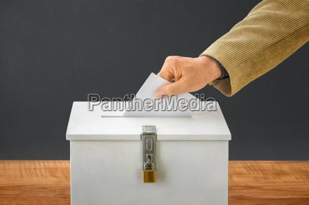 luomo lancia le schede elettorali nelle