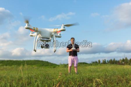 persona con il drone nel campo