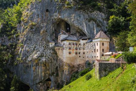 castello rinascimentale nella roccia predjama slovenia