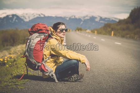 donna viaggio viaggiare zaino sedersi paesaggio
