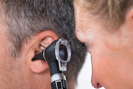 medico esaminando orecchio del paziente