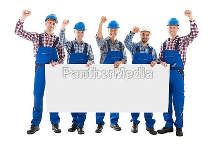 carpentieri maschii con le braccia alzate